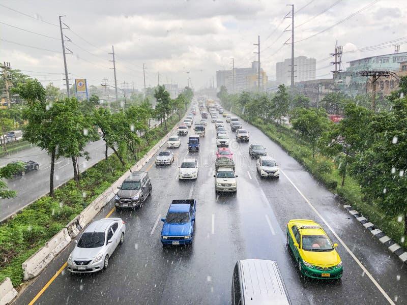 Opstopping op Rama II weg in de regenachtige dag royalty-vrije stock foto