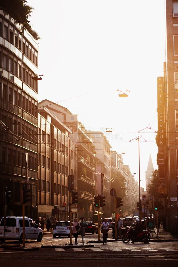 Opstopping tijdens zonsondergang in uiterst kleine straten van Milaan royalty-vrije stock foto