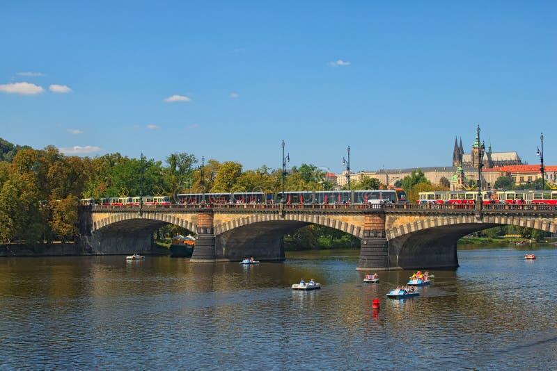 Opstopping van de trams op de Legii-Brug op zonnige de zomerdag praag Tsjechische Republiek stock foto's