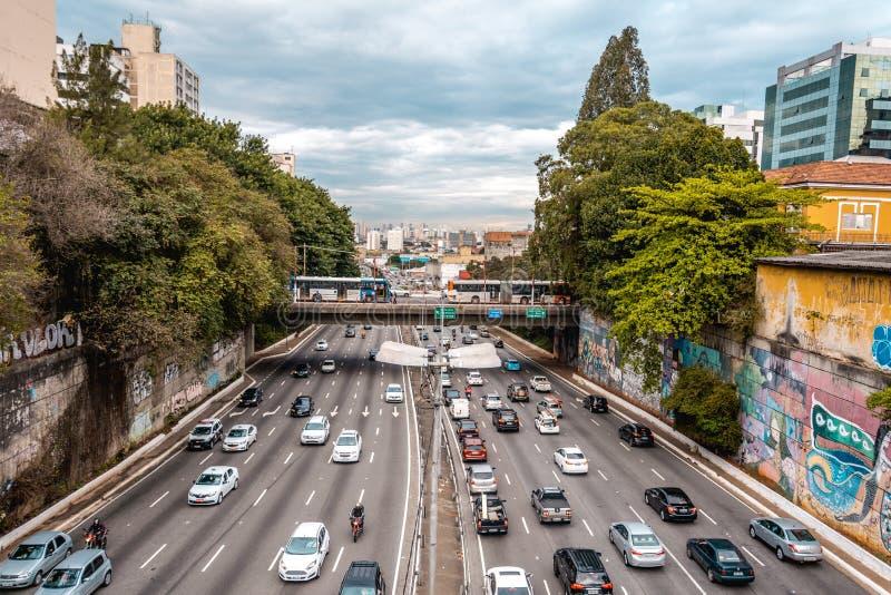 Opstoppingstraat in de reuze stedelijke stad van Sao Paulo stock afbeeldingen