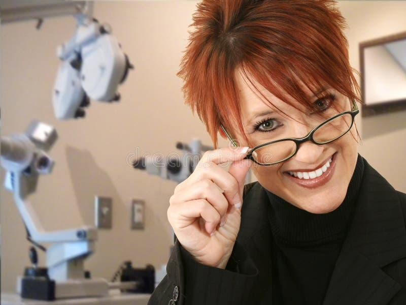 Opthomogist o optometrista nella stanza dell'esame immagini stock