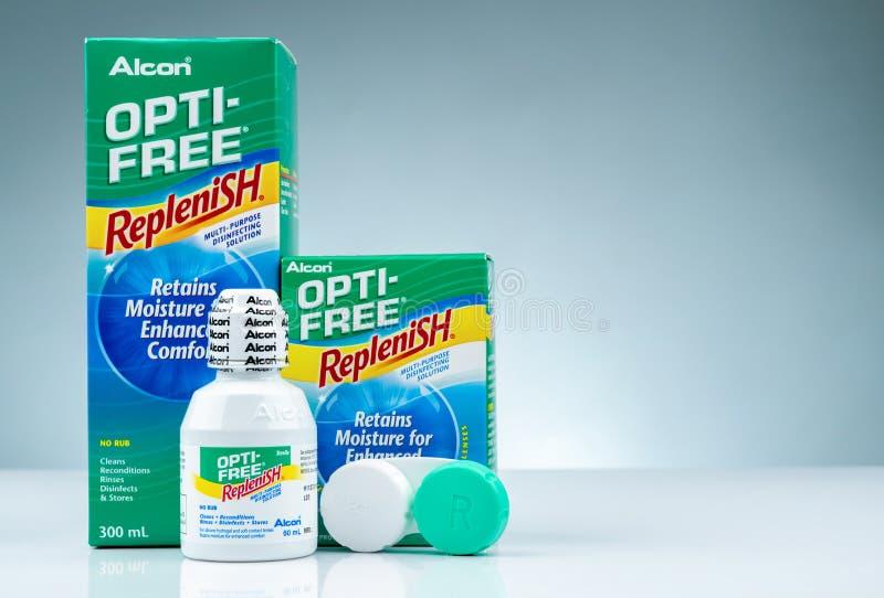 OPTI-FREE fyller på på grå bakgrund Desinficera lösning som kan användas till mycket för silikonhydrogel och mjuka kontaktlinser  arkivfoton