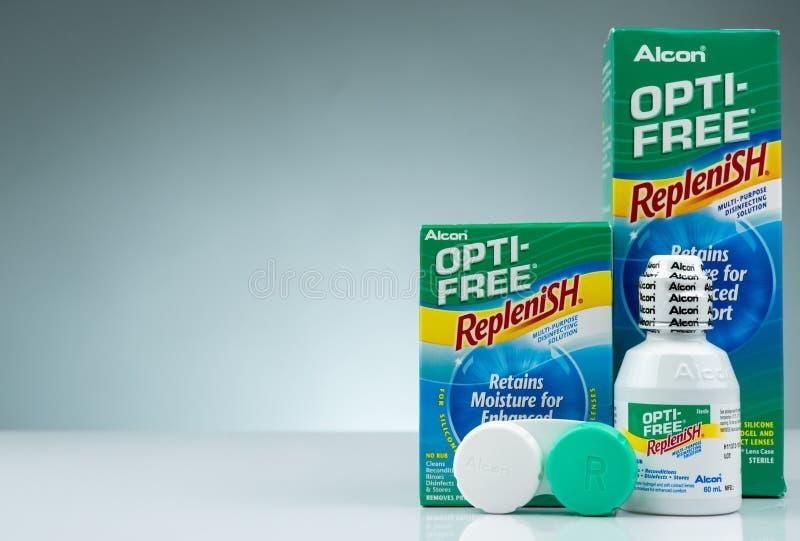 OPTI-FREE fyller på på grå bakgrund Desinficera lösning som kan användas till mycket för silikonhydrogel och mjuka kontaktlinser royaltyfri fotografi