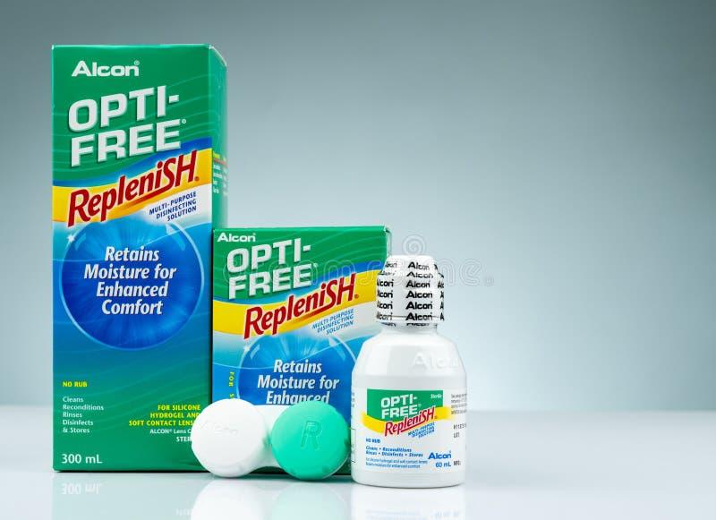 OPTI-FREE fyller på på grå bakgrund Desinficera lösning som kan användas till mycket för silikonhydrogel och mjuka kontaktlinser arkivbilder