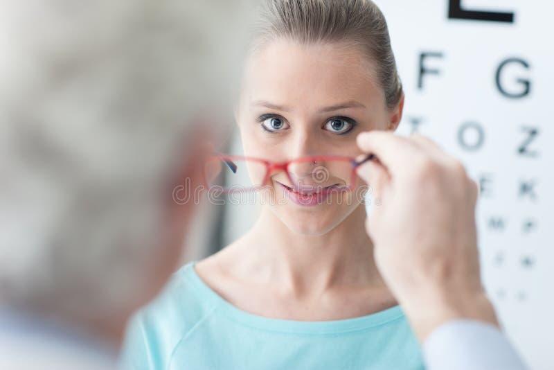 Optician давая стекла к пациенту стоковая фотография rf