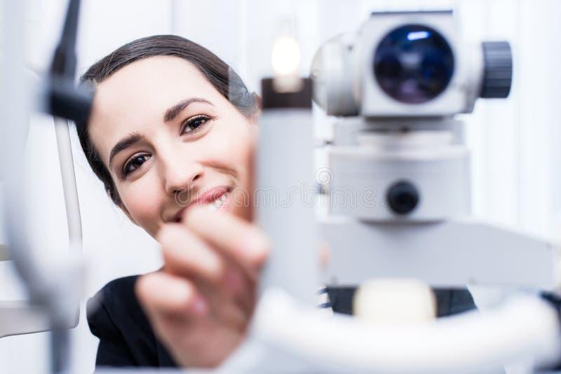 Optician пытая глаз измеряя с рефрактометром стоковое фото rf