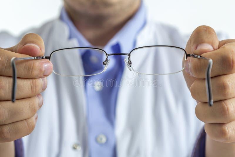 Opticien avec des verres images stock