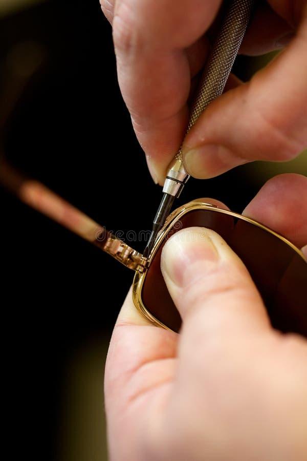 Opticien die een paar glazen aanpassen royalty-vrije stock foto's