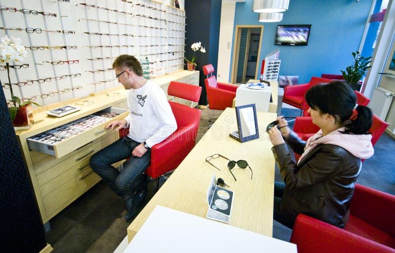 Opticien en klant stock foto