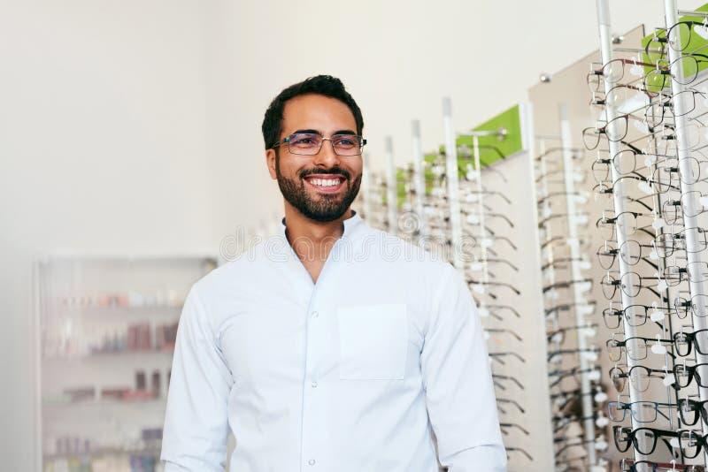Opticien Man Near Showcase met Oogglazen bij Glazenwinkel royalty-vrije stock afbeelding