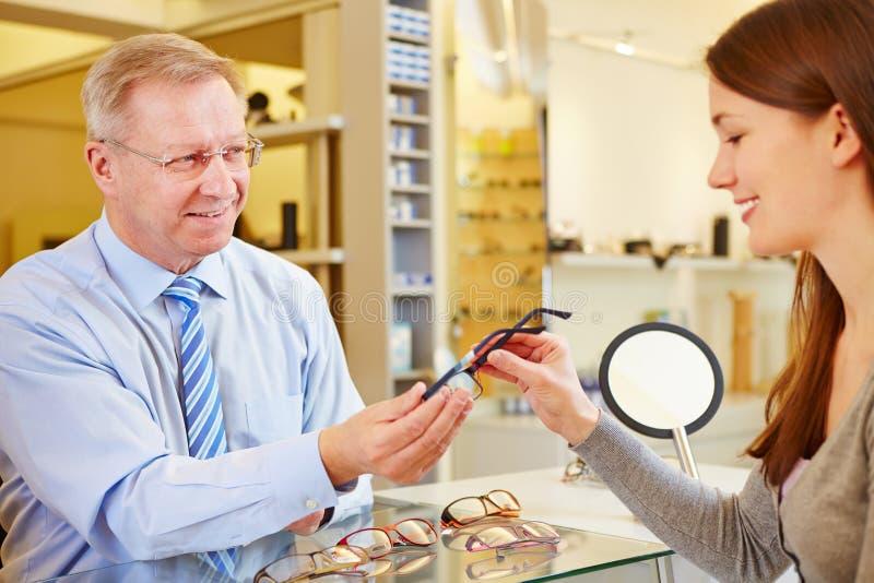 Opticien verkopende glazen royalty-vrije stock afbeeldingen