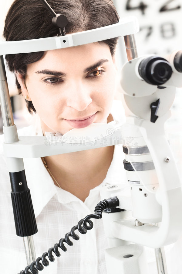 Am Optiker stockfotos