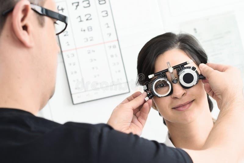 Am Optiker stockbilder