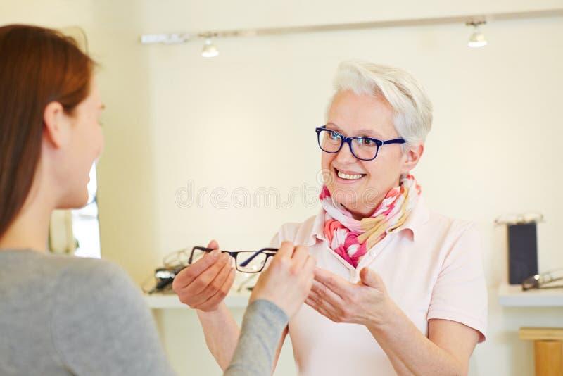 Optiker, der neue Gläser gibt stockbild
