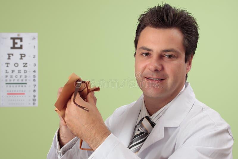 optiker för cleaningögonexponeringsglas arkivfoto