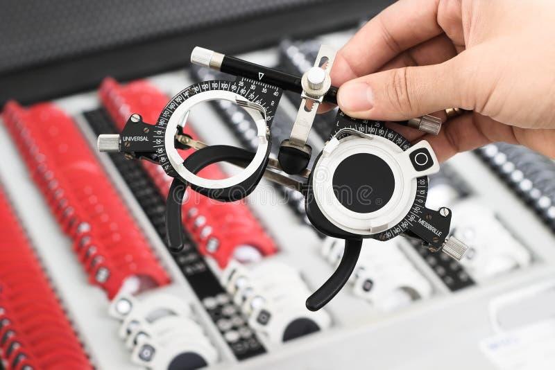 Am Optiker - Universal-messbrille Set lizenzfreies stockfoto