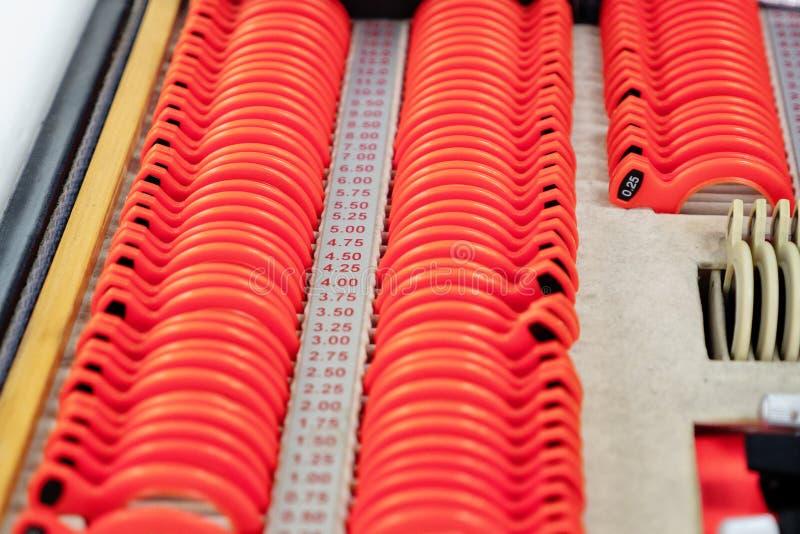 Optikerlinser från uppsättningen av den korrigerande linsen som indikerar på plattorna av formen: konkavt konvext, cylindriskt arkivbild