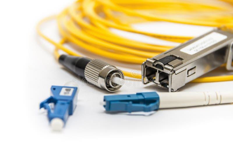 Optikfaser mit dem Verbindungsstück lokalisiert auf Weiß lizenzfreie stockfotografie