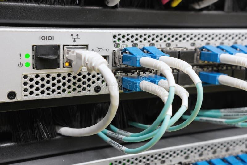 Optiklwl - kabel angeschlossen an Schalter lizenzfreies stockbild
