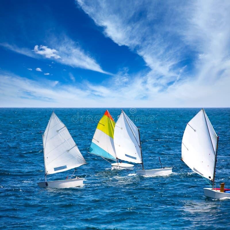 Optimiste de voiliers apprenant à naviguer dans méditerranéen chez Denia image stock