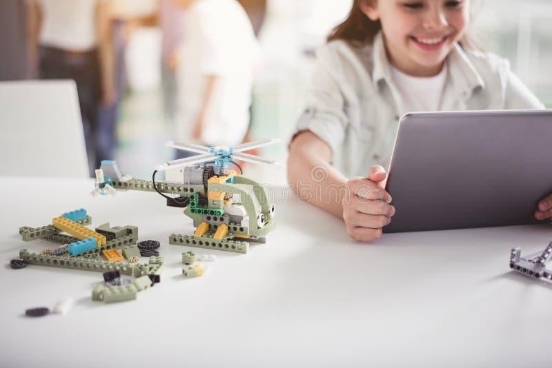Optimistisch kind die met gadget werken royalty-vrije stock afbeelding