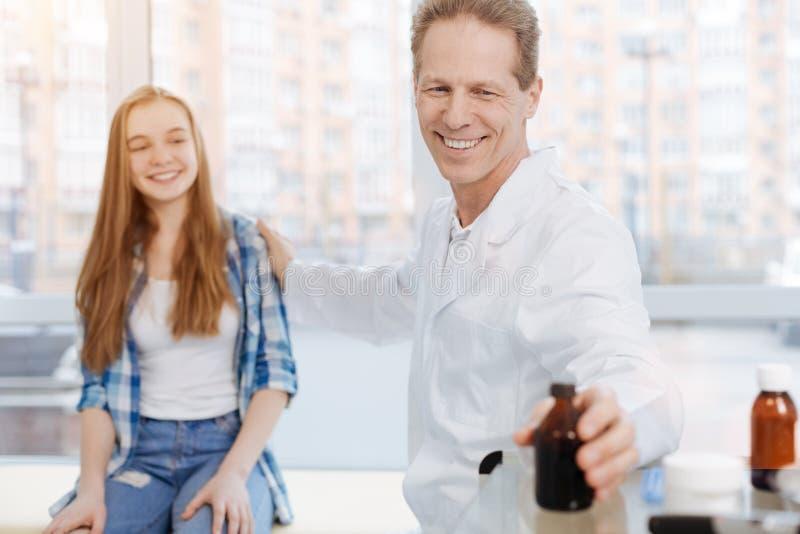 Optimistische arts die van werkuren in de kliniek genieten royalty-vrije stock foto's