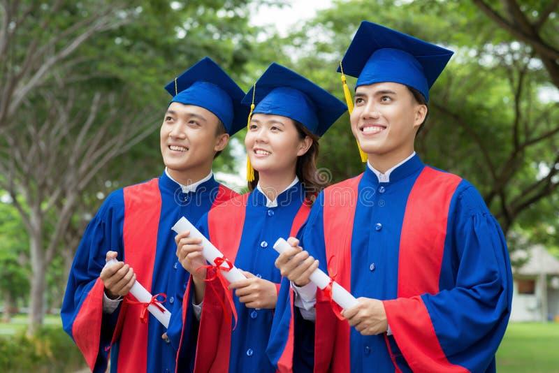 Optimistische Gediplomeerden die van Toekomst dromen stock afbeeldingen