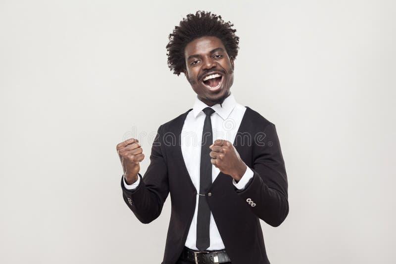 Optimistischer afrikanischer Mann, der neuen Vertrag sich freut stockfotografie