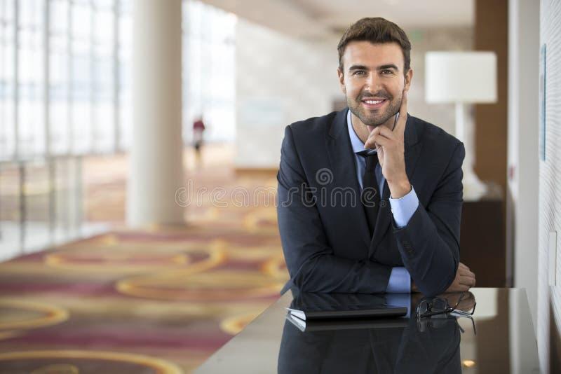 Optimistisk ung ledare, innan möte royaltyfri foto