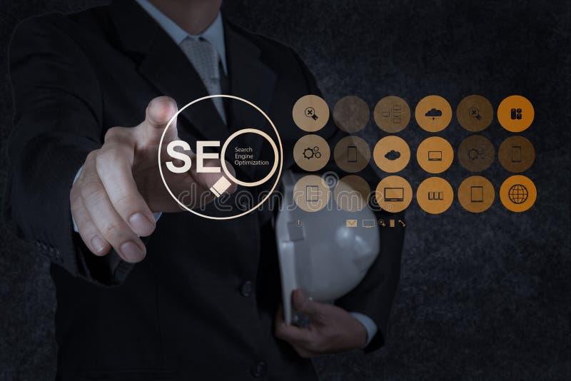 Optimization SEO för motor för sökande för affärsmanhandvisning fotografering för bildbyråer