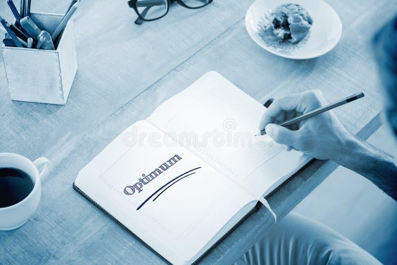 Optimum contro le note di scrittura dell'uomo sul diario immagine stock