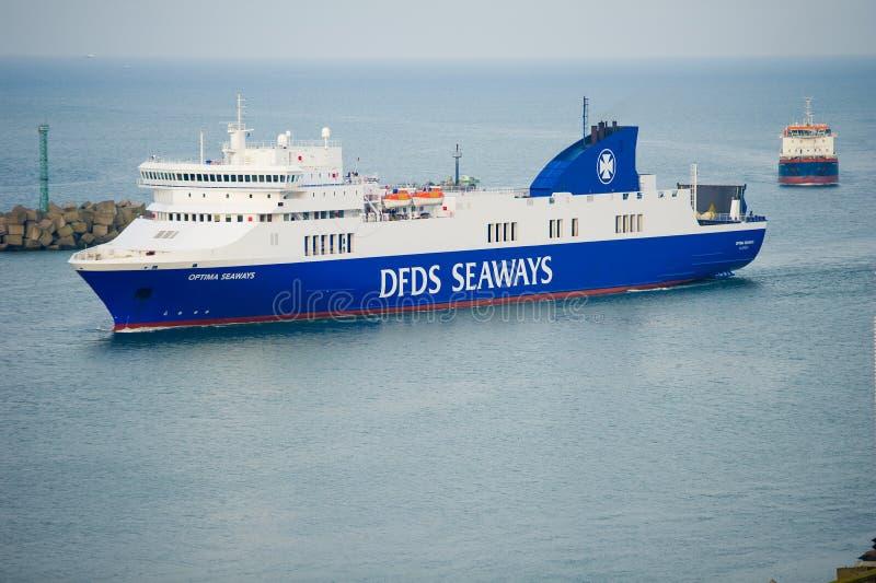 OPTIMUM della nave delle ROTTE di DFDS che entrano nel porto di Klaipeda immagine stock libera da diritti