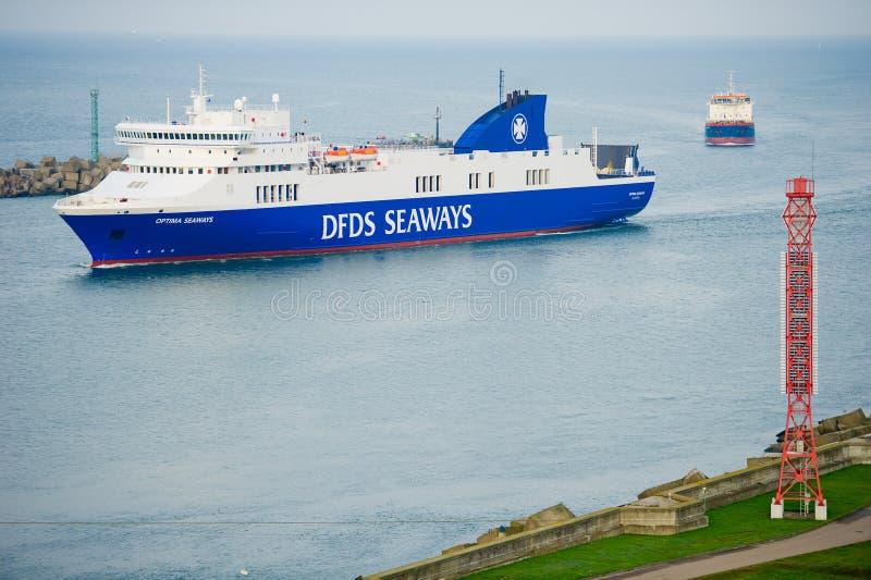 OPTIMUM della nave delle ROTTE di DFDS che entrano nel porto di Klaipeda fotografie stock