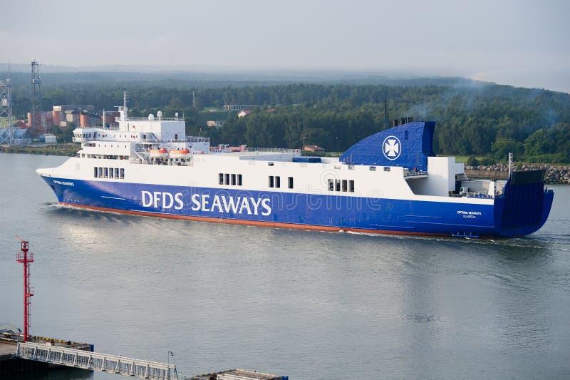 OPTIMUM della nave delle ROTTE di DFDS che entrano nel porto di Klaipeda fotografia stock