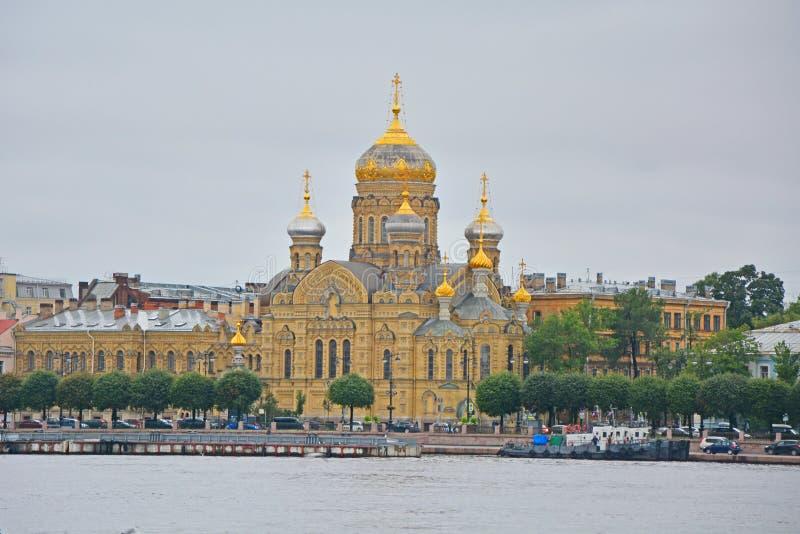 Optina Pustyn bondgård och Neva flod i St Petersburg, Ryssland arkivbild