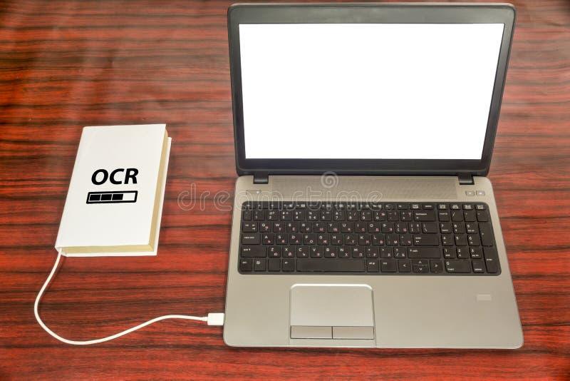 Optisches Zeichen- Anerkennungskonzept Buch und Laptop stockfoto