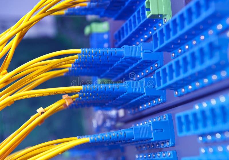Optisk fiber knyter kontakt kablar lappar panelen fotografering för bildbyråer