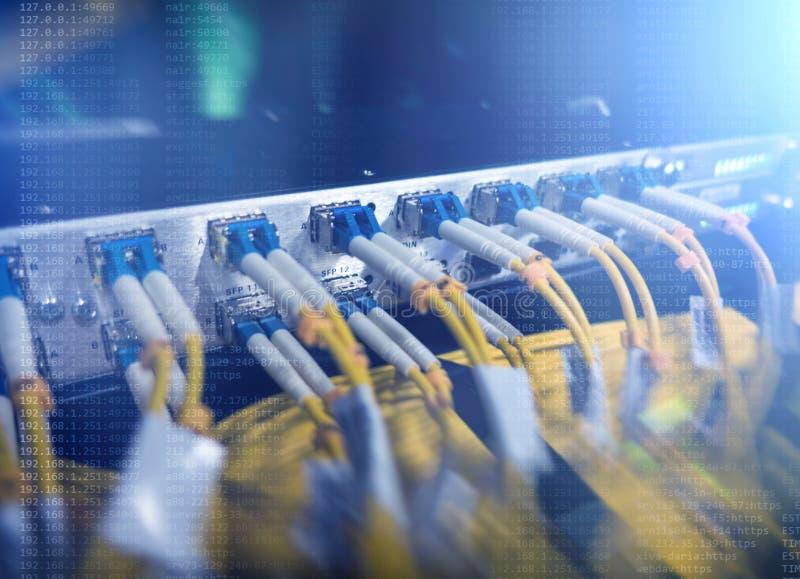 Optisk server kommutator Blinkande ljus optisk fiber hörbart Avskiljer datoren i en kugge på den stora datorhallen närbild, arkivbilder
