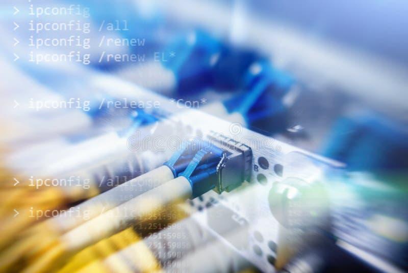 Optisk server kommutator Blinkande ljus optisk fiber hörbart Avskiljer datoren i en kugge på den stora datorhallen närbild, fotografering för bildbyråer