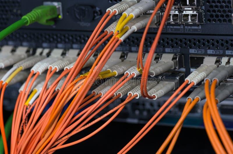 Optiska anslutningar för fiber med serveror arkivbild