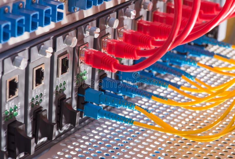 Optiska kablar för fiber och UTP nätverkskablar arkivbilder