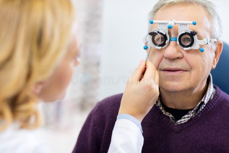 Optiska specialister bestämmer exakt diopter till hög patie royaltyfria bilder