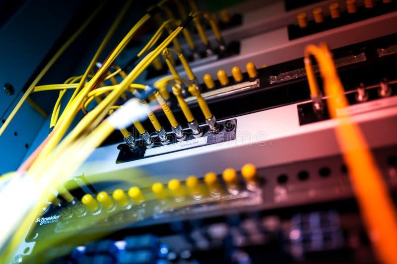 Optiskt för fiber med serveror i en teknologidatorhall arkivfoto