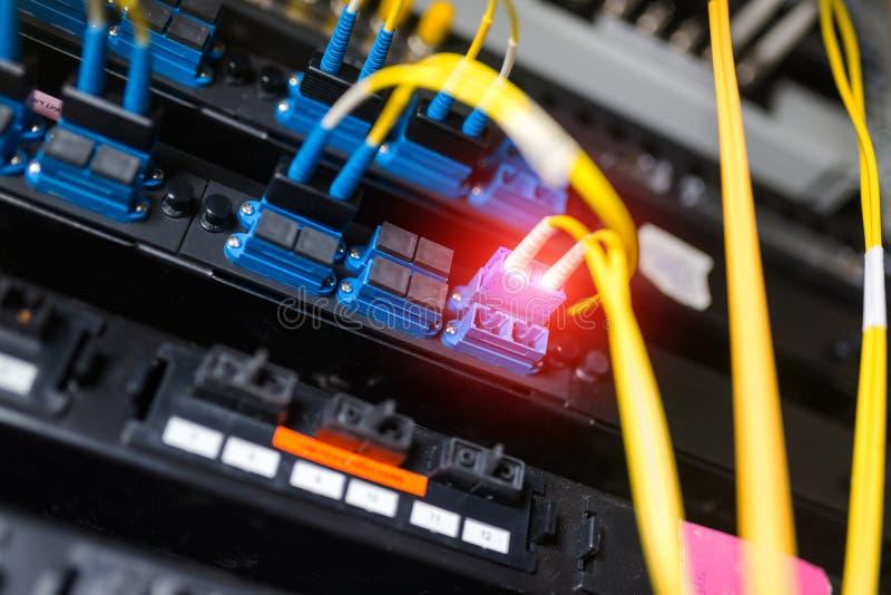 Optiskt för fiber med serveror i en teknologidatorhall arkivfoton