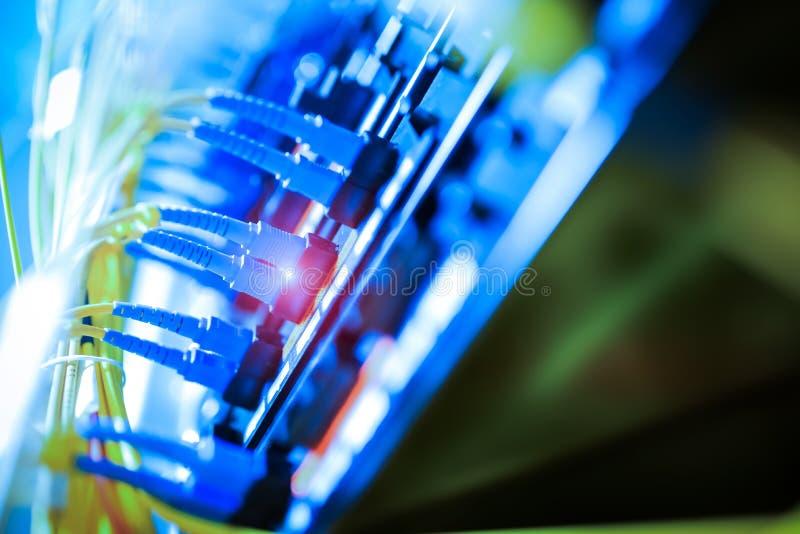 Optiskt för fiber med serveror i en teknologidatorhall royaltyfri fotografi