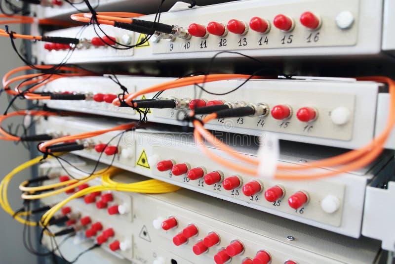 Optiskt för fiber med serveror i teknologidatorhall arkivfoto