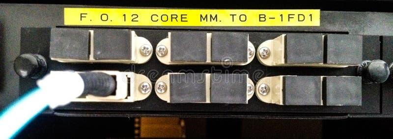 Optiskt för provfiber i serverrum royaltyfria bilder