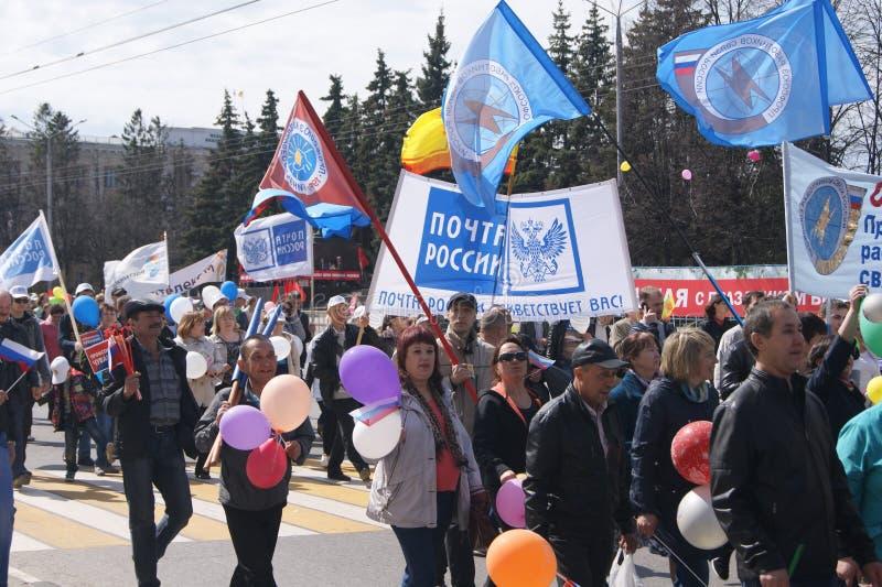 Optocht ter ere van de eerste dag van Mei in de stad van Cheboksary royalty-vrije stock afbeelding
