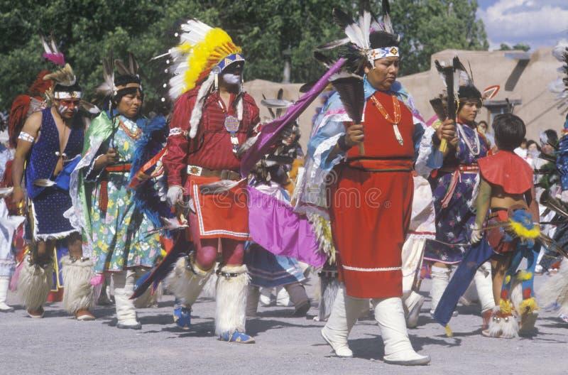 Optocht van Inheemse Amerikanen stock afbeeldingen