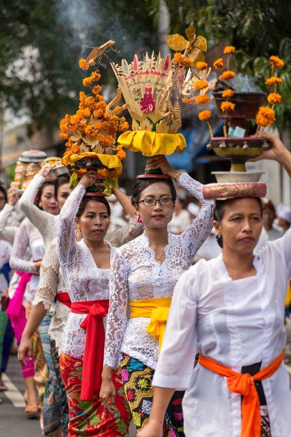 Optocht van mooie Balinese vrouwen in traditionele kostuums - de sarongen, dragen het aanbieden op hoofden tijdens Galungan-vieri royalty-vrije stock afbeelding